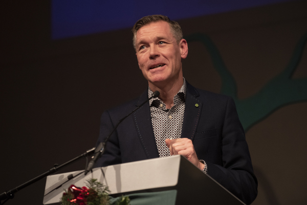 Wethouder Hans Broekhuizen leest het kerstevangelie Kerstnacht in Sportstad Heerenveen 2019